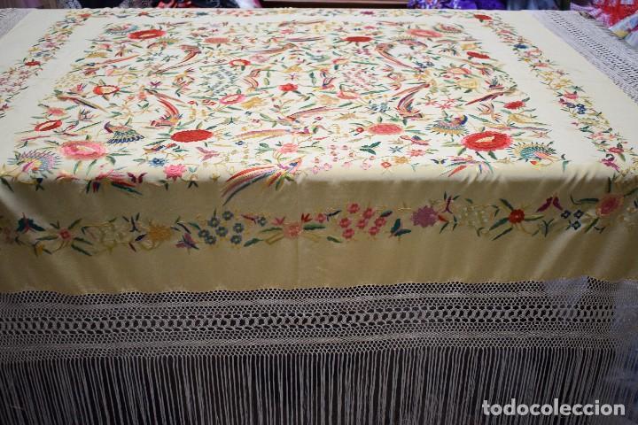Antigüedades: Manton antiguo tipo de Manila bordado y fabricado en España. Medida tela 160x160 cm - Foto 11 - 101071199
