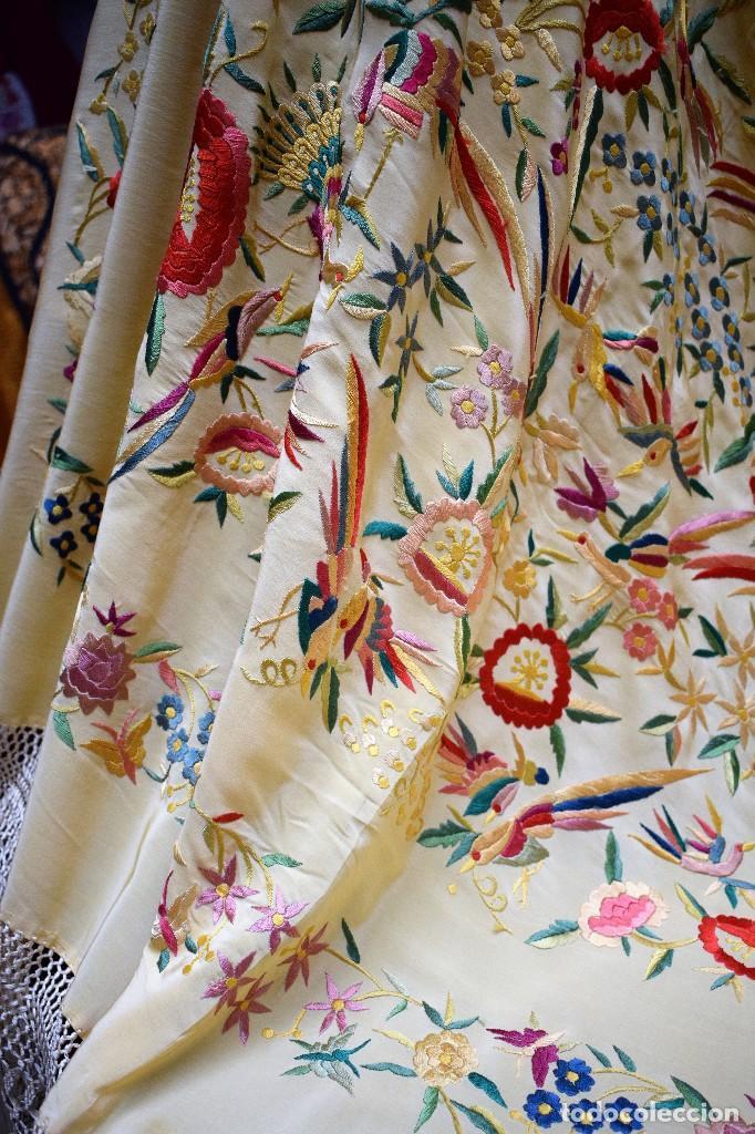 Antigüedades: Manton antiguo tipo de Manila bordado y fabricado en España. Medida tela 160x160 cm - Foto 12 - 101071199