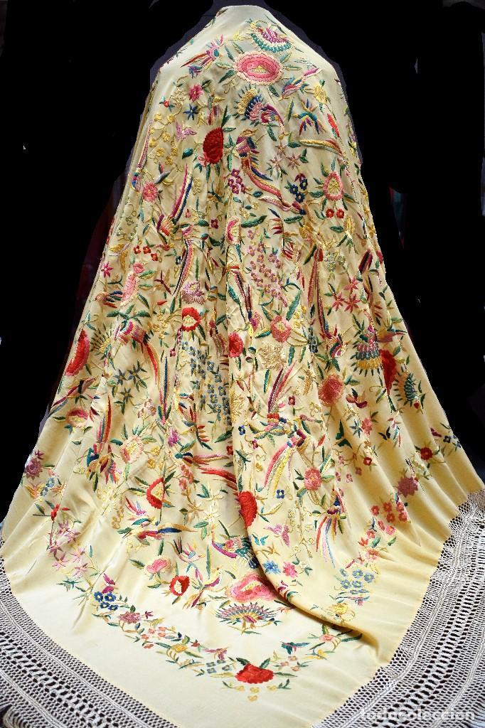 Antigüedades: Manton antiguo tipo de Manila bordado y fabricado en España. Medida tela 160x160 cm - Foto 13 - 101071199