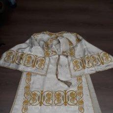 Antigüedades: PRECIOSA DALMATICA DE SEDA BLANCA CON DIBUJO Y ELABORADOS BORDADOS EN HILO DE ORO Y COLORES. Lote 113210383