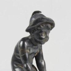 Antigüedades: FIGURA PLOMO BEBÉ CON GORRITO. Lote 101087915