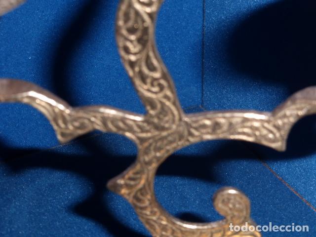 Antigüedades: PAREJA DE PORTAVELAS O CANDELABROS DE LATON CON DECORACION EN RELIEVE. - Foto 2 - 101090199
