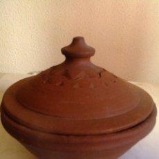 Antigüedades: CAZUELA DE BARRO ROJO, ALFARERIA POPULAR EXTIGUIDA VALDEVERDEJA ( TOLEDO) ELIODORO JUAREZ ARROYO. Lote 101113359