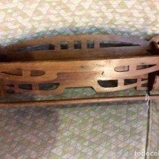 Antigüedades: REPISA CON COLGADOR ART-NOUVEAU, MADERA, 1900-1920. Lote 101132511