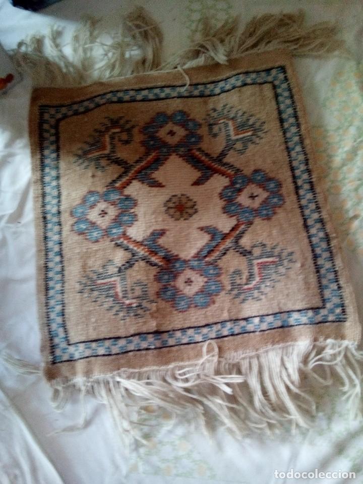 Antigüedades: Pequeño tapiz, alfombra persa ,tonos blancos y azules. - Foto 2 - 101136051