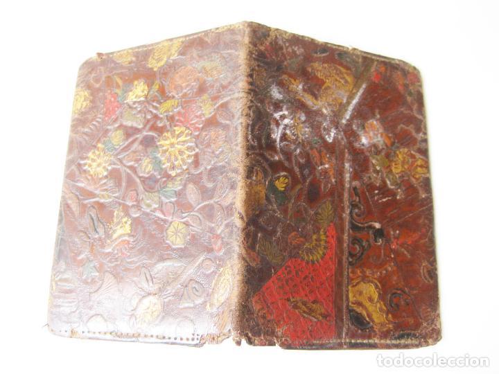 Antigüedades: ANTIGUA CARTERA O BILLETERA DE PIEL CON MOTIVOS TIPO JAPONESES - Foto 2 - 101279995
