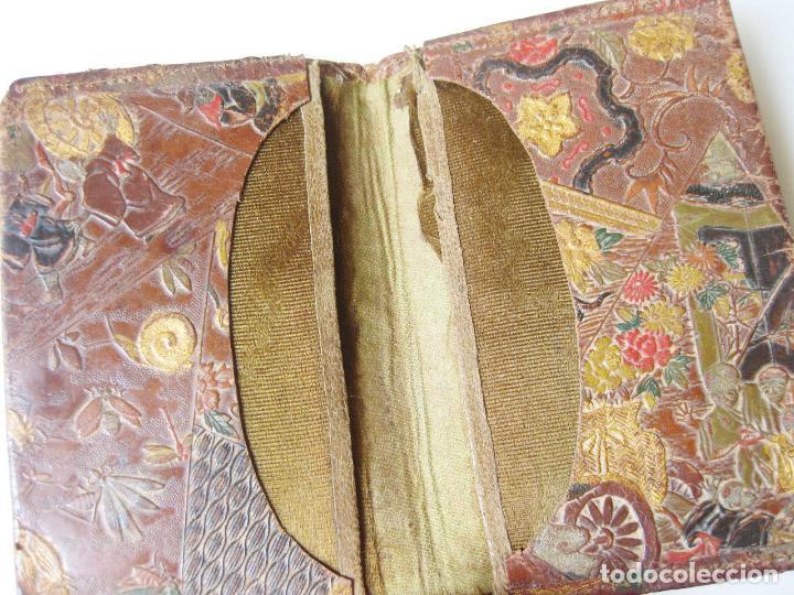 Antigüedades: ANTIGUA CARTERA O BILLETERA DE PIEL CON MOTIVOS TIPO JAPONESES - Foto 3 - 101279995