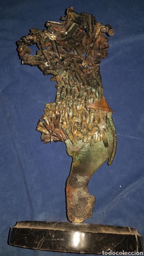 Antigüedades: Escultura modernista fabricada con casquillos de bala y peana de mármol - Foto 2 - 101283572