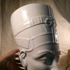 Antigüedades: GRAN BUSTO PORCELANA DE NEFERTITI, GRAN TAMAÑO .48 CM..FIRMADA...EGIPTO ---EL CAIRO-FARAON-. Lote 101318547