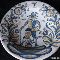 Antigüedades: GRAN PLATO ANTIGUO DE CERÁMICA : LA MENORA, DE TALAVERA SOLDADO DE FLANDES. Lote 101367867