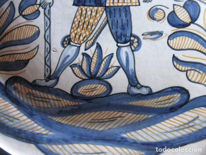 Antigüedades: GRAN PLATO ANTIGUO DE CERÁMICA : LA MENORA, DE TALAVERA SOLDADO DE FLANDES - Foto 3 - 101367867