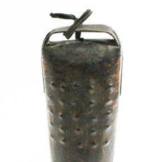 Antigüedades: ANTIGUO CENCERRO METAL 23 CM DE ALTO, SIN BADAJO, PARECE BARNIZADO. Lote 101377967