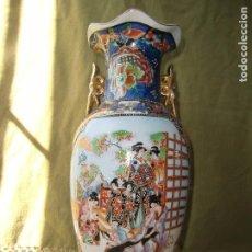 Antigüedades: JARRÓN GRANDE CON FIGURAS CHINAS TERMINACIONES EN ORO Y ASAS.. Lote 100248343