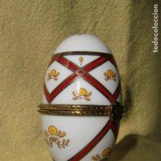 Antigüedades: HUEVO RUSO DE PORCELANA CON FLORES Y BROCHE DE COLOR ORO.. Lote 100263327
