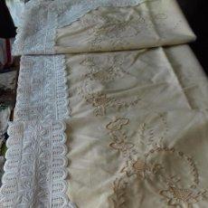 Antigüedades: SABANA AMARILLA MUY BORDADA A MAQUINA CON BONITA TIRA BORDADA, SIN ESTRENAR.. Lote 101411179