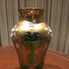Antigüedades: JARRÓN DE CRISTAL Y FLORES DE PORCELANA. Lote 101500915