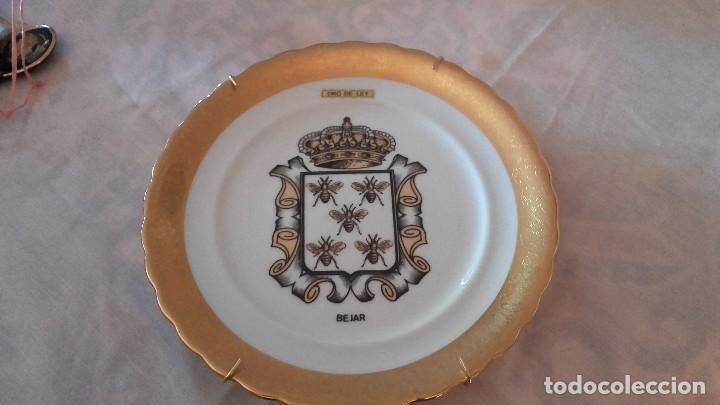 Antigüedades: Precioso plato con el escudo de bajar con oro de ley. - Foto 2 - 101546699