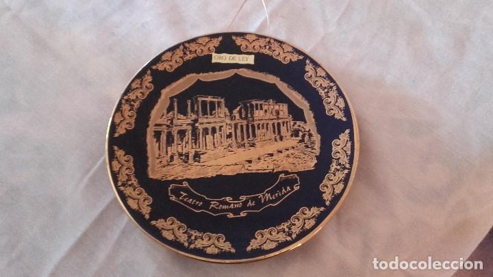 Antigüedades: Plato de porcelana,azul cobalto y oro de ley,teatro romano de mérida. artesanías beth casven - Foto 2 - 101548707