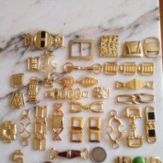 Antigüedades: GRAN LOTE ADORNOS METÁLICOS DORADOS ADORNO METAL DORADO ROPA ZAPATOS. Lote 101601391
