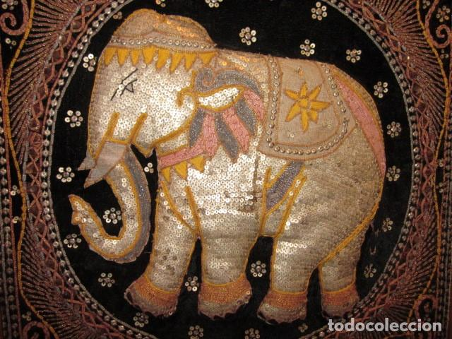Antigüedades: cuadro tapiz elefante hecho artesanalmente y repujado con lentejuelas e hilos dorados - Foto 2 - 101671463