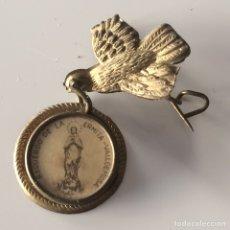 Antigüedades: MEDALLA E IMPERDIBLE PALOMA ;RECUERDO DE LA ERMITA DE VALLDEMOSA 4X4CM. Lote 101733016