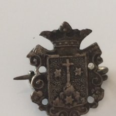 Antigüedades: INSIGNIA CON IMPERDIBLE 2X2CM. Lote 101740975