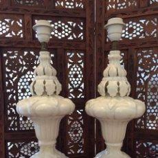 Antigüedades: PAREJA DE LAMPARAS DE CERAMICA DE MANISES COLOR BLANCO RESTAURADAS LAMPARA. Lote 104277924