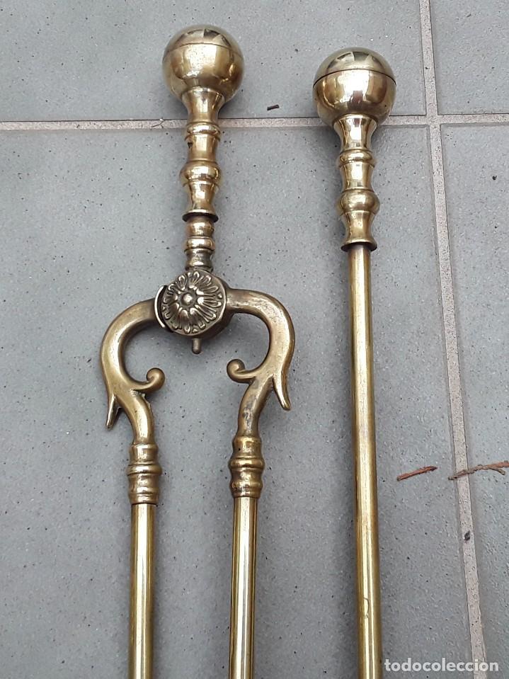 Antigüedades: Juego de Morillos y útiles de chimenea de laton - Foto 3 - 101778707