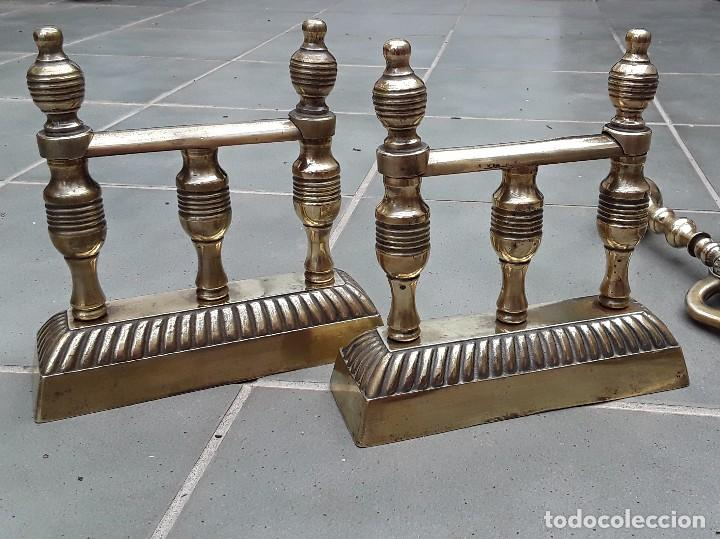 Antigüedades: Juego de Morillos y útiles de chimenea de laton - Foto 5 - 101778707