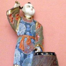 Antigüedades: FIGURA DE PORCELANA DE SATSUMA REPRESENTANDO UN JAPONÉS CON TAMBOR. Lote 101790347
