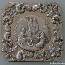 Antigüedades: PRECIOSA ANTIGUA MEDALLA MARIA REPARATRIX REPARADORA SOBRE PLACA DE METAL CON MAGNIFICOS ORNAMENTOS. Lote 101845011