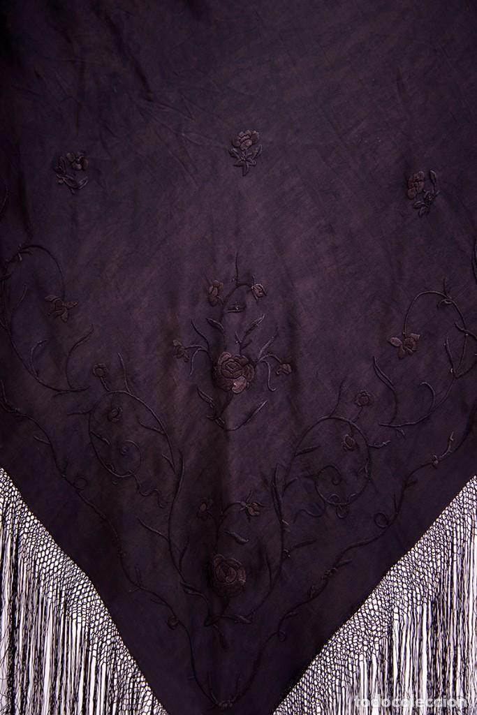 Antigüedades: Mantón de Manila antiguo de seda natural bordado a mano con fleco anudado a mano (M.ANT-115) - Foto 2 - 101913695