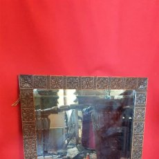Antigüedades: ESPEJO DE MADERA DE ROBLE CON FLORES TALLADAS. LUNA BISELADA.. Lote 101991599