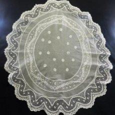Antigüedades: 8008 PRECIOSO TAPETE ELÍPTICO AÑOS 1920 EN ENCAJE MANUAL DE BOLILLO Y REALCE COLOR MARFIL. Lote 101997723