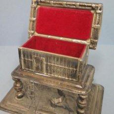 Antigüedades: ANTIGUO JOYERO PLATEADO EN FORMA DE HORREO GALLEGO. Lote 102096439