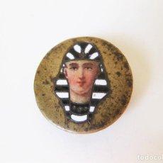 Antigüedades: ADORNO CON MOTIVO EGIPCIO ESMALTADO DE PRINCIPIOS DEL SIGLO XX. ENGANCHE PARA OJAL. Lote 102267691