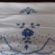 Antigüedades: ANTIGUA FUNDA DE ALMOHADA BORDADA A MAQUINA CON INICIALES.. Lote 102391843