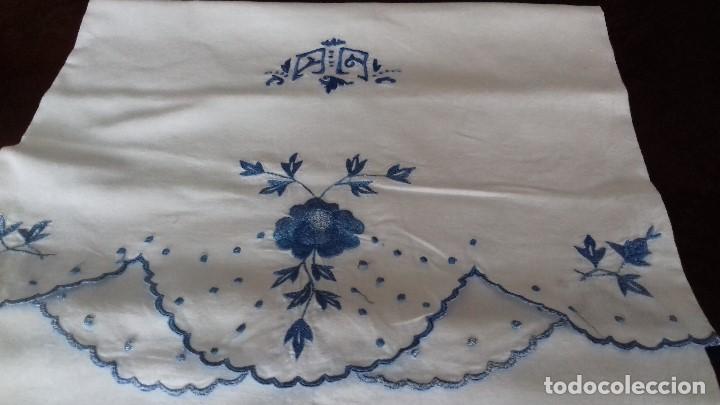 Antigüedades: ANTIGUA FUNDA DE ALMOHADA BORDADA A MAQUINA CON INICIALES. - Foto 3 - 102391843