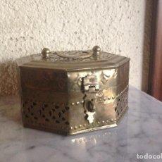 Antigüedades: CAJA, JOYERO, COFRE DE BRONCE O LATÓN REPUJADA Y CALADA. Lote 102393311