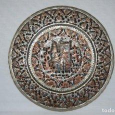 Antigüedades: ANTIGUA BANDEJA ARABE DE BRONCE CON RELIEVES GRABADOS A CINCEL. Lote 102434567