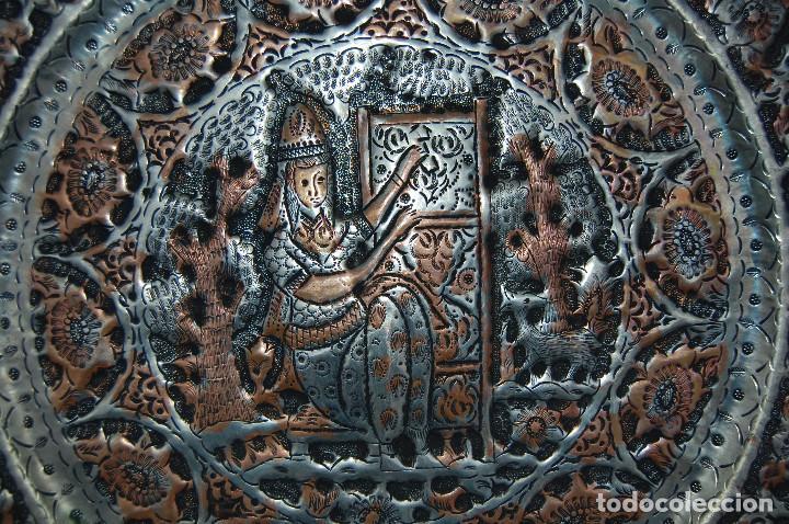 Antigüedades: ANTIGUA BANDEJA ARABE DE BRONCE CON RELIEVES GRABADOS A CINCEL - Foto 3 - 102434567