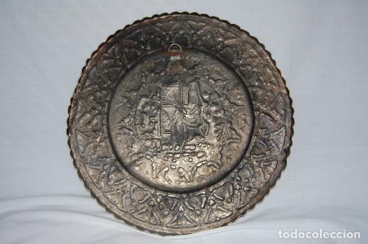Antigüedades: ANTIGUA BANDEJA ARABE DE BRONCE CON RELIEVES GRABADOS A CINCEL - Foto 5 - 102434567