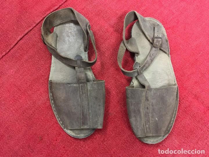 Antigüedades: Abarcas de cuero y suela de rueda - Foto 2 - 102442711