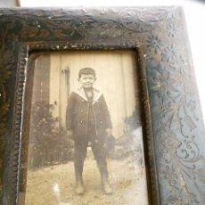 Antigüedades: PORTAFOTOS MUY ANTIGUO PIEL REPUJADA ? CON CRISTAL SANO Y FOTO DE LA ÉPOCA MARCADO . Lote 102451159