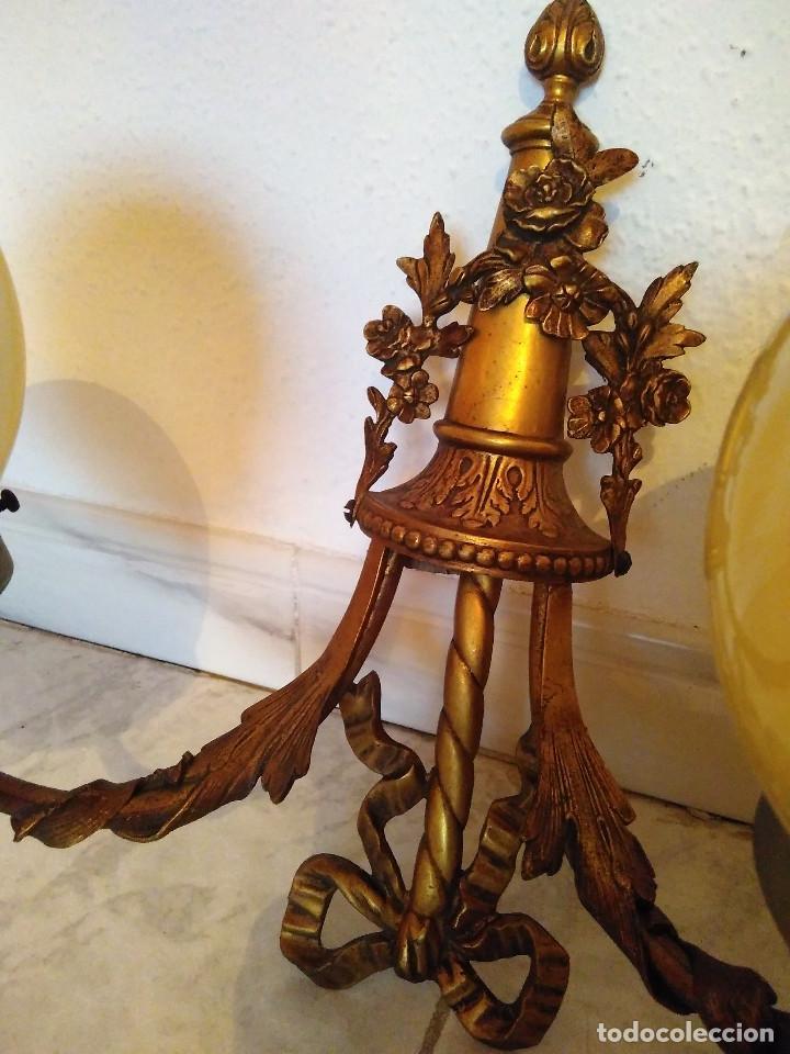 Antigüedades: Pareja de antiguos apliques de bronce con globos de cristal. Ver fotos y descripcion. - Foto 4 - 102474619