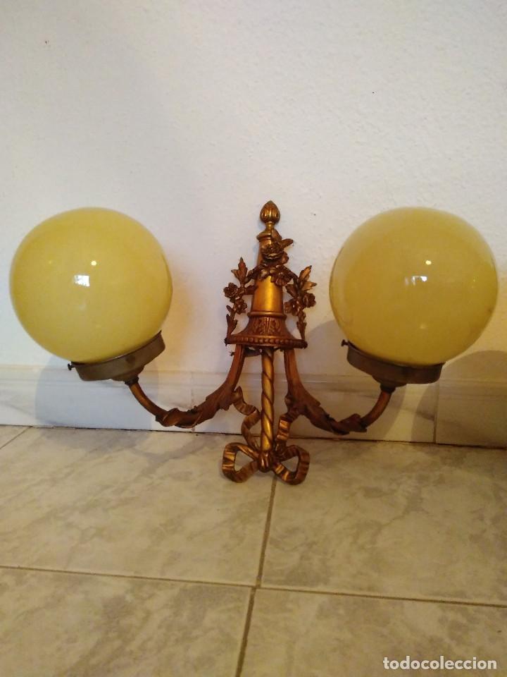 Antigüedades: Pareja de antiguos apliques de bronce con globos de cristal. Ver fotos y descripcion. - Foto 5 - 102474619