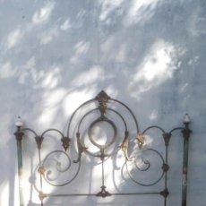 Antigüedades: CABECERO EN FORJA Y PORCELANA, PINTADO A MANO, ALFONSINO FINALES SIGLO XIX. Lote 102479027