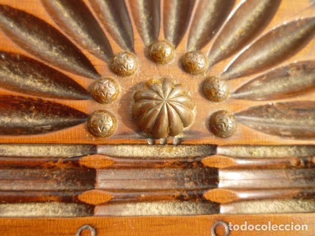 Antigüedades: TABAQUERA CIGARRERA EN MADERA CON CENICERO INTEGRADO TRIPLE ABERTURA LABRADA Y REMACHES DE BRONCE - Foto 6 - 102483051