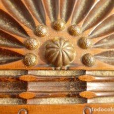 Antigüedades: TABAQUERA CIGARRERA EN MADERA CON CENICERO INTEGRADO TRIPLE ABERTURA LABRADA Y REMACHES DE BRONCE. Lote 102483051