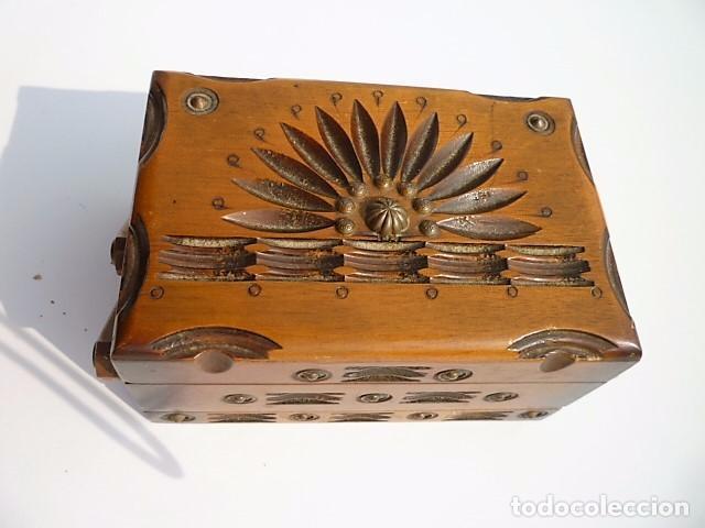 Antigüedades: TABAQUERA CIGARRERA EN MADERA CON CENICERO INTEGRADO TRIPLE ABERTURA LABRADA Y REMACHES DE BRONCE - Foto 3 - 102483051